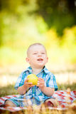 逗人喜爱的矮小的婴孩有一顿野餐 免版税库存照片