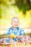 逗人喜爱的矮小的婴孩有一顿野餐 免版税库存图片