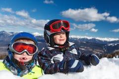 逗人喜爱的矮小的滑雪者 库存图片