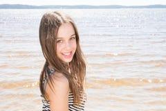 逗人喜爱的秀丽女孩在沙子海滩夏日 免版税图库摄影