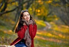 逗人喜爱的秋季俏丽的妇女 免版税图库摄影