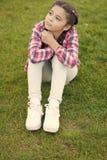 逗人喜爱的空想家 女孩小孩在公园花费休闲户外 女孩坐草在公园 孩子享受晴朗的春天 免版税库存照片