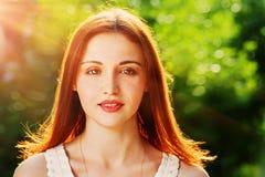 逗人喜爱的红头发人妇女正面图特写镜头图象 库存照片