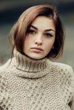 逗人喜爱的美丽的女孩画象有雀斑特写镜头的 库存照片