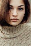 逗人喜爱的美丽的女孩画象有雀斑特写镜头的 库存图片