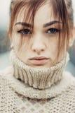 逗人喜爱的美丽的女孩画象有雀斑特写镜头的 免版税图库摄影