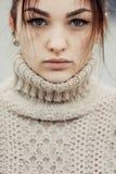 逗人喜爱的美丽的女孩画象有雀斑特写镜头的 图库摄影