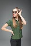 年轻逗人喜爱的美丽的戴了眼镜女孩 免版税库存照片