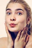 逗人喜爱的美好的妇女面孔画象金发亲吻 库存图片