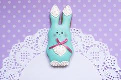 逗人喜爱的背景用蜂蜜蛋糕兔子 免版税图库摄影