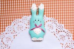 逗人喜爱的背景用蜂蜜蛋糕兔子 库存图片