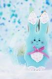 逗人喜爱的背景用蜂蜜蛋糕兔子 免版税库存图片