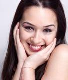 逗人喜爱的自然俏丽的微笑妇女 免版税库存照片