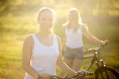 逗人喜爱的自行车骑士年轻亚裔妇女画象  库存图片