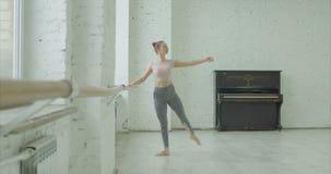 逗人喜爱的芭蕾舞女演员实践的tombee在舞蹈演播室 股票视频