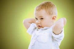 逗人喜爱的英俊的小男孩 免版税库存图片