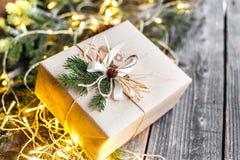 逗人喜爱的葡萄酒圣诞节新年礼物在木背景嘲笑  免版税库存图片