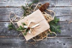 逗人喜爱的葡萄酒圣诞节新年礼物 免版税库存照片