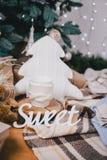 逗人喜爱的被编织的枕头、玩具和礼物在圣诞树下 库存图片