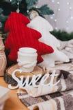 逗人喜爱的被编织的枕头、玩具和礼物在圣诞树下 免版税库存图片