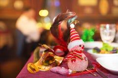 逗人喜爱的装饰雪人和Bokeh光雪人灯 新的雪人年 圣诞灯装饰 免版税图库摄影