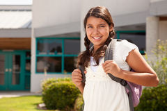 逗人喜爱的西班牙青少年的女学生准备好学校 免版税库存图片