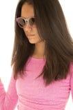 逗人喜爱的西班牙青少年的女孩佩带的太阳镜和一件桃红色女衬衫 免版税库存图片