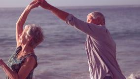 逗人喜爱的资深夫妇跳舞
