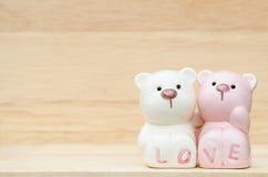 逗人喜爱的陶瓷熊 免版税库存图片