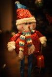 逗人喜爱的雪人在圣诞树下 免版税库存图片