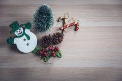 逗人喜爱的雪人,微小的松树,pinecones,闪烁霍莉莓果a 图库摄影