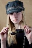 逗人喜爱的青少年帽子俏丽的太阳镜 免版税图库摄影