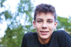 逗人喜爱的青少年的休息在室外锻炼以后 库存照片