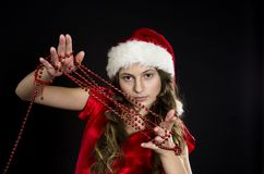 逗人喜爱的青少年的女孩在圣诞老人服装 免版税库存照片