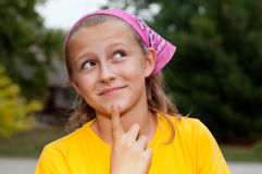 逗人喜爱的青少年的女孩斟酌 免版税库存照片