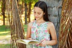 逗人喜爱的青少年的女孩阅读书 免版税图库摄影