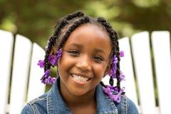 逗人喜爱的非裔美国人的小女孩 免版税库存图片