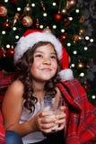 逗人喜爱的饮用的女孩少许牛奶 免版税库存照片