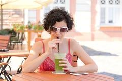逗人喜爱的饮用的女孩柠檬水薄菏 库存图片