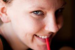 逗人喜爱的饮用的女孩碳酸钠 免版税库存照片