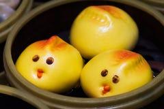 逗人喜爱的鸟baozi汉语蒸的小圆面包 免版税库存照片