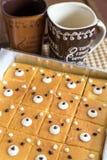 逗人喜爱的黄油结块烘烤有咖啡杯的盘子在桌上 库存照片