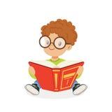 逗人喜爱的读书,孩子的红头发人男孩佩带的玻璃享受读,五颜六色的字符传染媒介例证 皇族释放例证