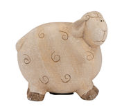 逗人喜爱的黏土绵羊产小羊piggybank在白色的钱箱 免版税库存照片