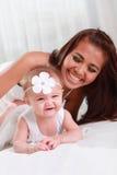逗人喜爱的婴孩享用与妈妈 免版税库存图片
