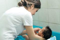 逗人喜爱的婴孩在卫生间里 图库摄影
