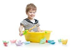 逗人喜爱的婴孩渔和开会里面washbowl 库存图片