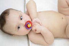 逗人喜爱的婴孩 赤裸说谎 库存照片