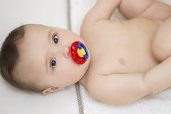 逗人喜爱的婴孩 赤裸说谎 免版税库存图片