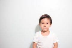 逗人喜爱的3岁在白色背景隔绝的亚洲男孩微笑 免版税库存照片